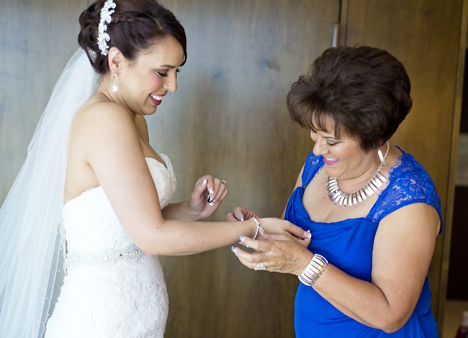 getting ready with mom - berkeley park wedding pictures